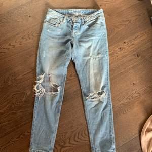 Trasiga ljusblåa jeans i stl XS men skulle även passa en S. Girlfriend modell (i princip samma som boyfriend bara inte lika pösiga). Köpta för 500kr på Ginatricot