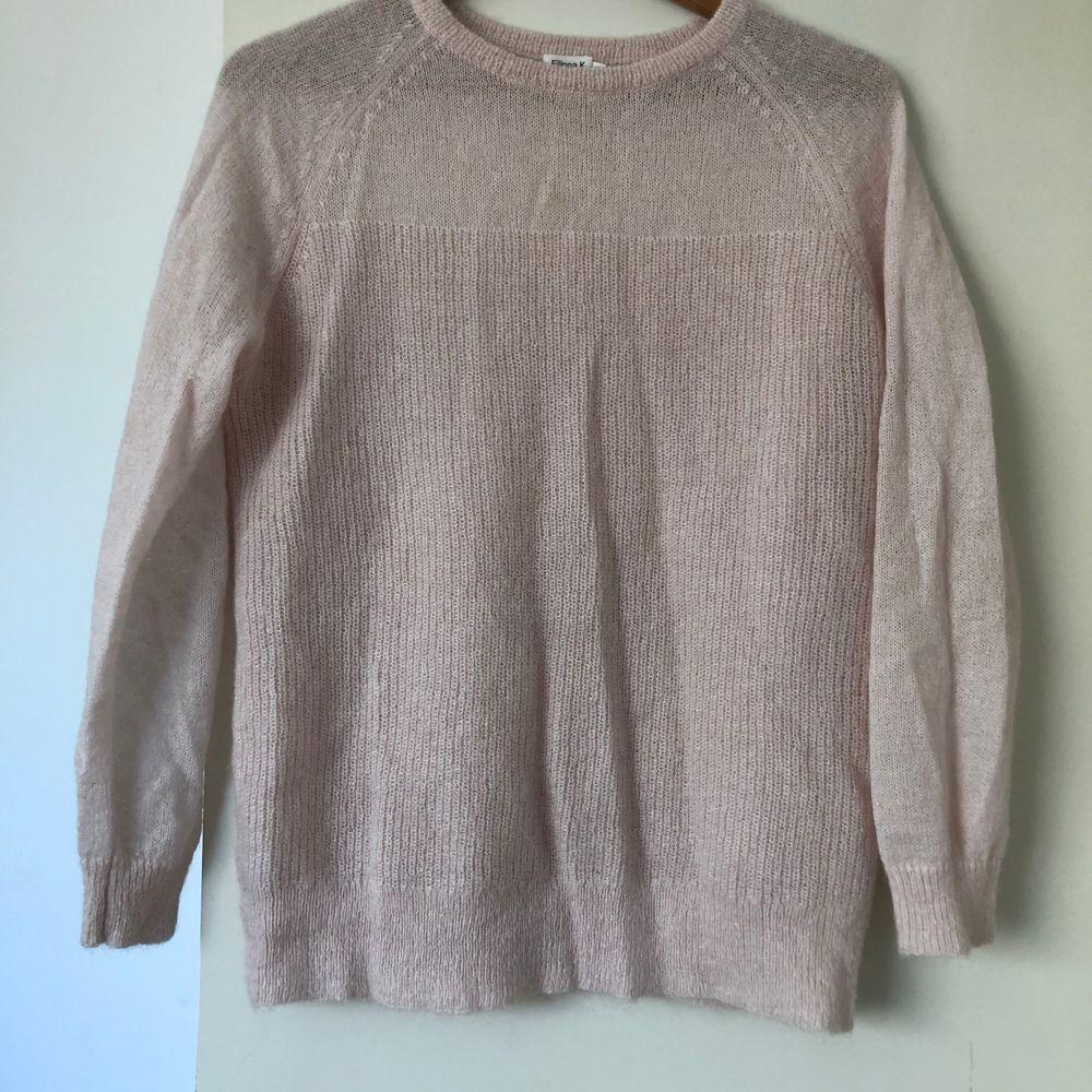 En stickad ljusrosa tröja från Filippa K. Bra skick :). Stickat.