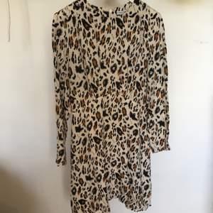 Leopard skater Klänning från &other Stories i väldigt bra skick. Strl 38.                                                                     Möts upp i Sthlm annars står köparen för frakt.