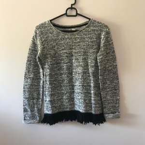 Cool tröja med fransar vid undersida, se bild 2. Fint skick. Priset inkl frakt