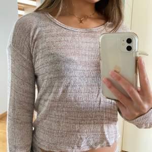 Säljer denna mysiga tröjan från Brandy Melville i strl one size men passar typ XS/S. Jätteskönt mjukt material. Använd ett par gånger men i fint skick! Kan mötas upp i Malmö, annars kostar frakten 44kr🥰