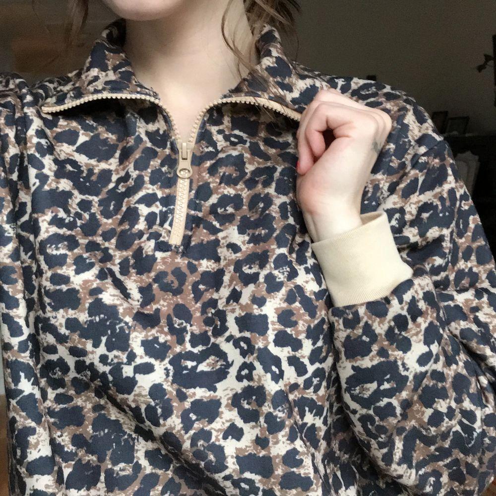 Skön tröja med hög krage. Den är säkert använd ca 2-3 ggr och har blivit en sån där tröja som man vill ha men aldrig har på sig så time to let go.. Huvtröjor & Träningströjor.