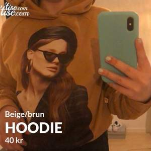 Beige/brun hoodie med tryck på, i mycket bra skick! Storlek Small! Frakt tillkommer och betalning sker via swish💓 Skicka ett meddelande om du har några frågor, vill diskutera pris eller om du vill ha fler bilder🤩🤩
