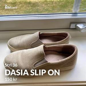 Väldigt bekväma och snygga beige/gråa Dasia Slip on i storlek 36. Väl använda men inga synliga fel. Säljs pga för stora för mig. Frakt tillkommer (köparen står för frakten)☺️
