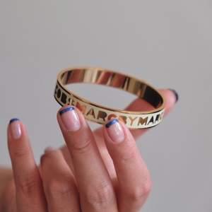 Marc Jacobs armband i bra skick! Använd fåtal gånger. Nypris 800:-. Köparen står för frakt. Säljer en hel del smycken på min sida nu, spana in!! Kan samfrakta 😍