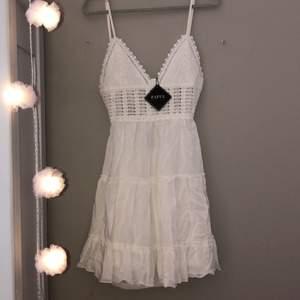 Supersöt vit klänning från zaful, med band som man knyter där bak, perfekt nu till sommaren!! Storlek S och aldrig använd då jag nyligen köpte den💕💕 Frakten är inräknad i priset!!💕