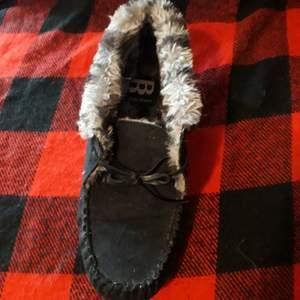 Galet mysiga och sköna mockasiner/tofflor för frusna fötter i storlek 39. Syntetiskt läder förutom läderbandet. Plus fraktkostnad.