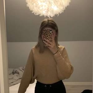 Beige tröja från Gina med vida armar, andvänd ett fåtal ggr💕                                                                          Jag är 160cm, frakten ingår i priset!