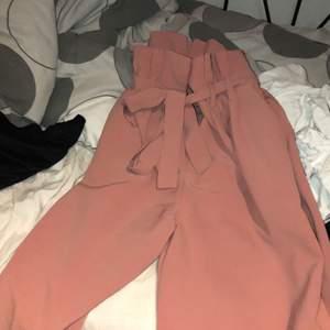 Ett Ett par rosa kostymbyxor från Bikbok, knappt använda och nästan nyskick.