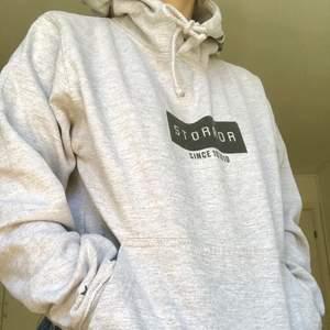 Jättefin och rare storror hoodie, säljs inte längre! Knappt använd☺️ köpt på deras hemsida för 3 år sedan! Säljer för 250kr, köparen står för frakten!
