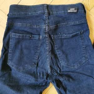 Mörkblå jeans från Dr denim i bomull, väldigt mjuka och bekväma. Sitter tight och supersnyggt. XS men passar även ganska liten Small. Något trasig söm på ena bakfickan som dock knappt syns. Fejkfickor fram.