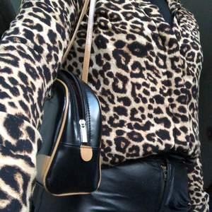 En leopardmönstrad skjorta i storlek S, perfekt för en fulländad look. Om du bor i göteborgstrakten möts jag gärna upp, annars står köparen för frakt:))