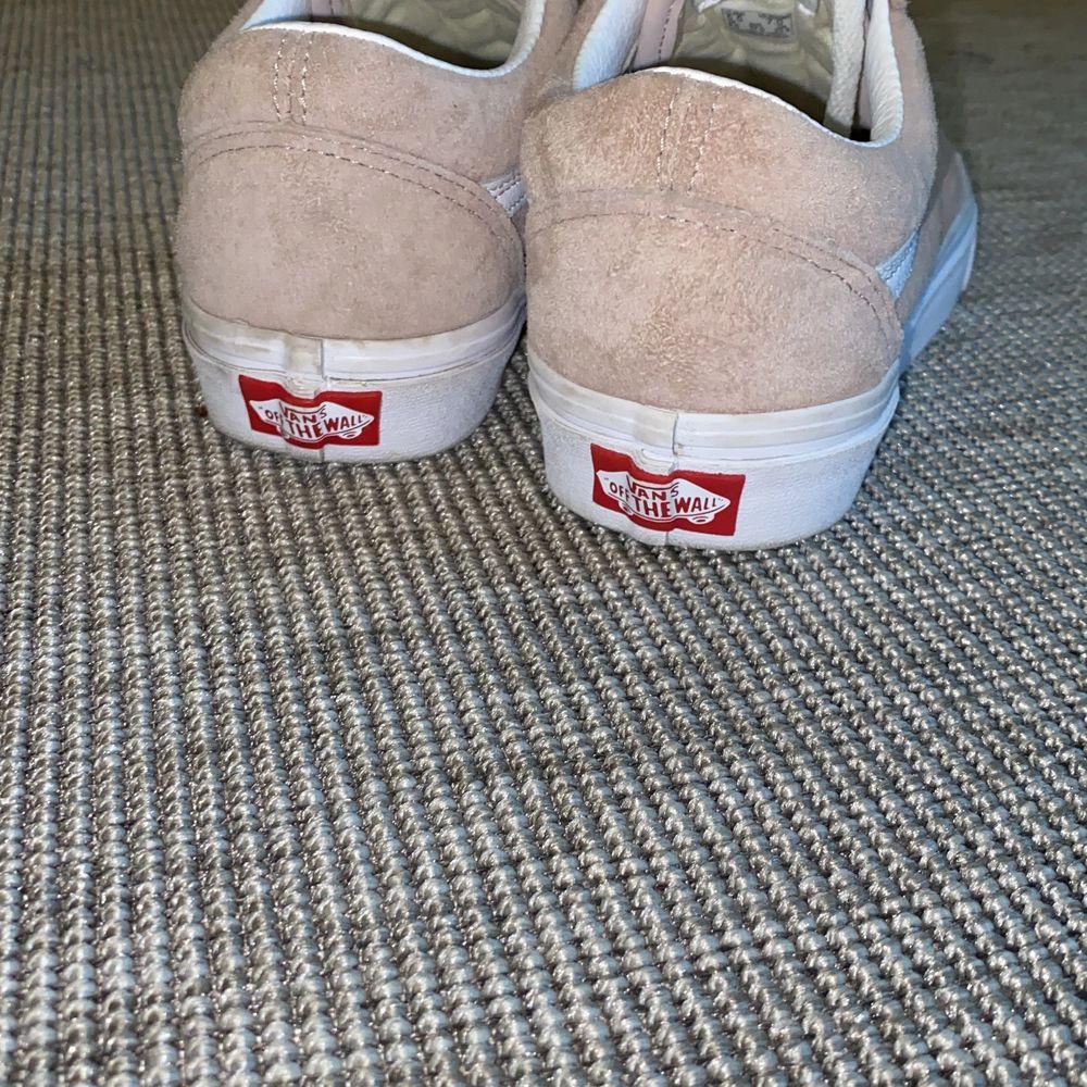 Fina rosa mocka skor från Vans i stlk 37. Använda endast ett fåtal gånger. Behandlade med Scotchguard som ger en vattenavvisande effekt! Köpta för 899 kr⭐️ BUDA I KOMMENTARSFÄLTET ELLER PRIVAT!. Skor.
