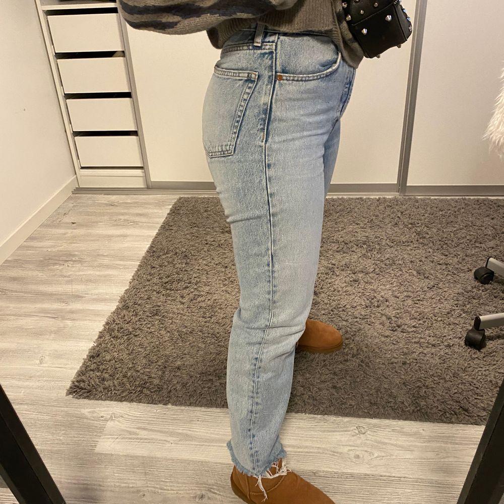 Jeans från zara i straight modell, men också ankel långa (alltså inte långa ner till fötterna). Köpta för 400kr & säljer för 150kr + frakt💞💞. Jeans & Byxor.