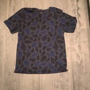 Svart/mörkblå lee t shirt fint skick
