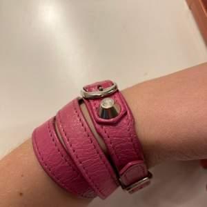 Säljer mitt fina rosa armband pågrund av att jag inte använder det längre. Nypris 1800kr. Armbandet har tappat färg på ett litet ställe som man ser på bilden.