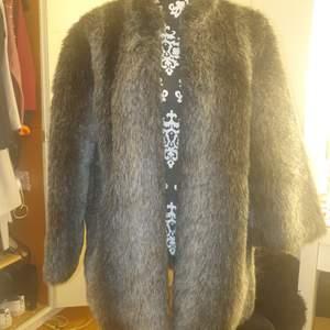 Faux fur jacka osäker på storleken men tippar på att det är Medium den är I mycket bra skick