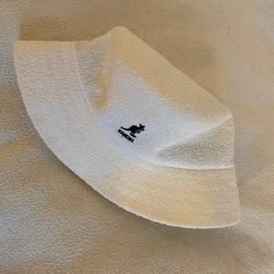 Säljer min nya kangol bucket hat pga av det inte är min stil. Aldrig använd, prislappen sitter kvar ❤️