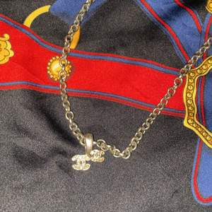 Fake Chanel halsband för 30kr jag använder ej och de ganska gammalt.