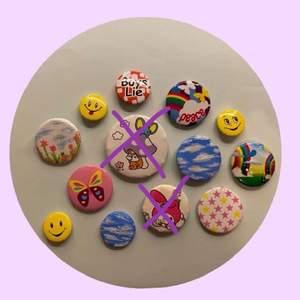 ✨ Olika pins, ett par målade av mig (dem är lackade så färgen borde inte komma av lätt) ✨ 10 kr för 2 st, 15 kr för 3, 20 kr för 4 + Frakt (ca 12 kr)