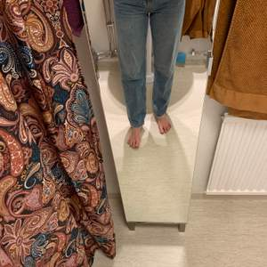 Nyinköpta jeans från GinaTricot storlek 36. Rak modell. Jag är 174 cm lång.
