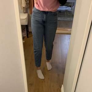 Mom's fit jeans från FB sister i storlek XS. Köpta för 200kr och passar perfekt för mig som är 166cm lång. Säljer pågrund att jag knappt använt de.