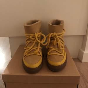 Helt nya inuikii som aldrig använts, med gula snören storlek 40 men lite små i storleken.