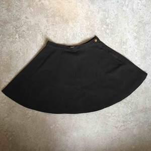 Supersöt svart jeanskjol från American apparel i strl S. Använd endast ett fåtal ggr.