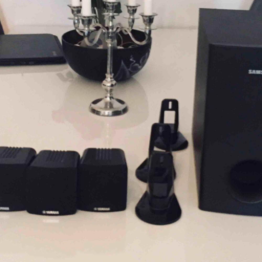 Säljer våran baslåda från Samsung plus 4st högtalare från Yamaha 80W Superbra skick, kanonljud som tyvärr inte kan utnyttjas där vi bor nu. För mer info, se bilder eller fråga  Bara 300kr. Övrigt.