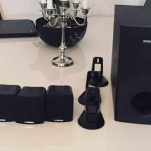 Säljer våran baslåda från Samsung plus 4st högtalare från Yamaha 80W Superbra skick, kanonljud som tyvärr inte kan utnyttjas där vi bor nu. För mer info, se bilder eller fråga  Bara 300kr