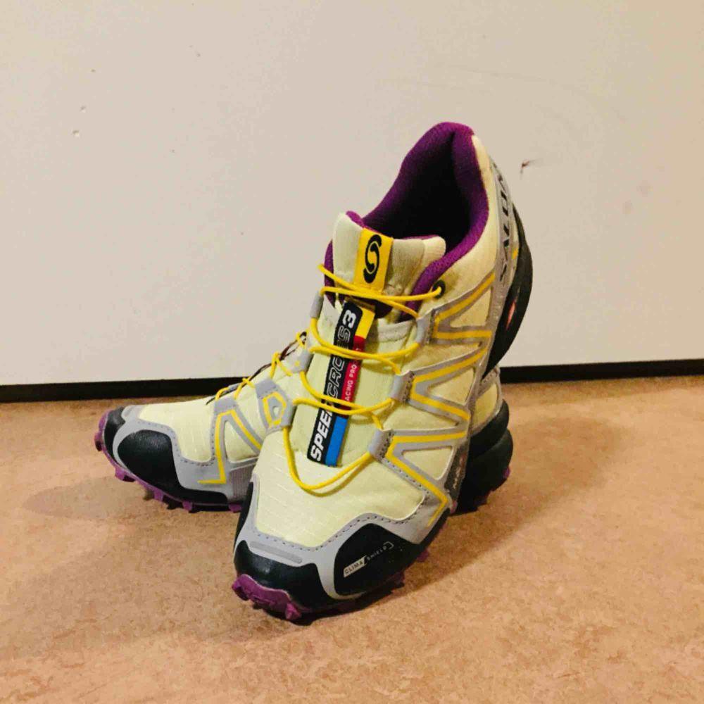 Salomon Speedcross 3 Climashield är en trailsko Skons climashield skyddar fötterna mot fuktigt underlag. Contagrip sulan ger ett bra grepp om vått och lerigt underlag.  Använda ett fåtal gånger då dom är för små för mig Köpta för 1299kr. Skor.