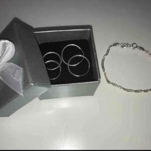 Allt är i sterlin silver från glitter, örhängerna är helt oanvända, armbandet har används ca 2 gånger. 40 kr för de små örhängena. 55 kr för de stora. 100 kr för armbandet 160 för allt. Frakt betalas av köparen.