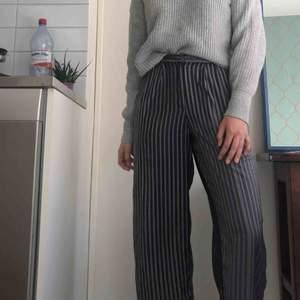 Jules Aop Trousers från Weekday i polyester, grönrandiga, lätta och luftiga med vida ben. Möts helst upp med köparen💚