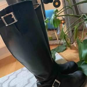 Höga svarta johnny bulls i storlek 40.  Köpte dem förra vintern men är i fint skick. Kostar 2000 nya. Priset kan diskuteras 😃