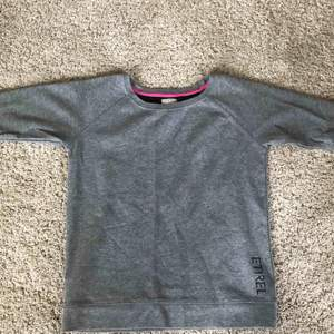 Sweatshirt med trekvartsärm från ETREL, köpt för några år sen men sparsamt använd. Köpare står för frakt.