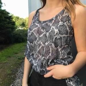 Luftigt och skönt linne från H&M med ett mönstrat fint tyg. Köparen står för frakten☺️💗