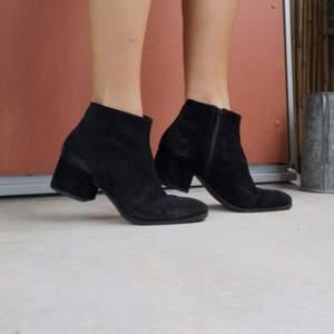 Svarta mocka boots i fint men begagnat skick(sparsamt använda)!