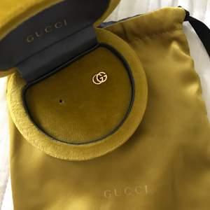 Säljer ett gucci öronhänge, medföljer ask och dustbag. Tappat det andra öronhänge tyvärr.  Nypris: 5000kr