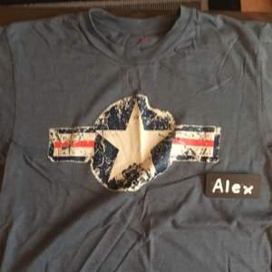 Amerikansk Air-Force Tshirt, storlek S men sitter som M-L Använd 1 gång Priset är ej satt i sten. Möjlighet för meetup i Stockholm och kan skickas på köparens bekostnad. Om mer bilder önskas, skicka ett PM :)