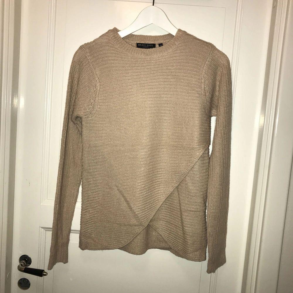 En fin stickad tröja i färgen beige. Aldrig använd då jag har en exakt likadan i grå. Väldigt varm och gosig att ha på vinter, fin detalj ner till även.  Storlek xs Nypris 100kr. Tröjor & Koftor.