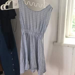 Klänning ifrån Italien! Passar ej längre mig och säljer nu denna vackra klänning! Storleks 36 motsvarar S frakt ingår i priset☀️