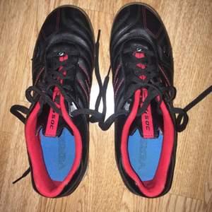Fräscha inomhus skor från soc i stl 40, knappt använda, köparen står för frakten