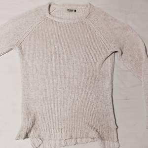 Gräddvit och lite längre tröja i stickat  Väldigt skön men nästan helt oanvänd.