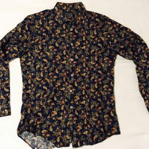 En mycket fin och unik skjorta ifrån zara med en fränt paisley möster plandat med vackra blommor. Tyger är i tunnare bomull.  Använd ett fåtal gånger!  Slim fit.