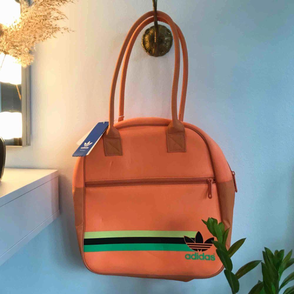 Oanvänd neonväska från adidas (prislappen kvar)💛 svinsnygg nu på våren🧡💛. Väskor.