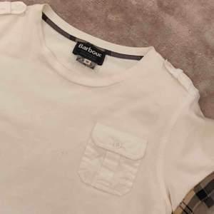 Barbour shirt - storleken motsvarar en XS/S  Möts upp i Ropsten eller fraktar då fraktkostnaden tillkommer köparen.