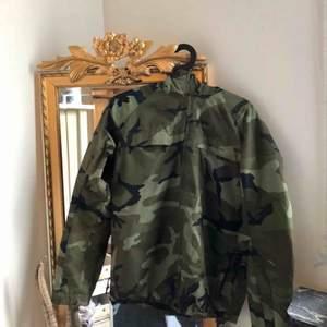 As ball kamouflage jacka från carhartt. Kommer inte till användning längre så därför säljs den vidare😭💖
