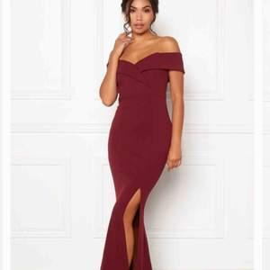 Säljer min fina balklänning för att den var för liten för mig! Den är slutsåld vilket är den stora orsaken till varför jag måste sälja den och hitta en ny balklänning. Nypris 499kr. Endast provat klänningen. Köparen står för frakten, kan också mötas upp!