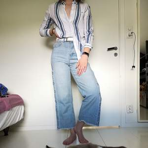 Ljusa popper jeans (100% bomull) från BooHoo i storlek 38. Jeansen är tighta upptill men vida nertill och på sidorna finns knappar (kolla bild 2). Upphämtning i Borås och i annat fall tillkommer fraktkostnad. Betalning sker via swish innan plagget levereras/hämtas upp.