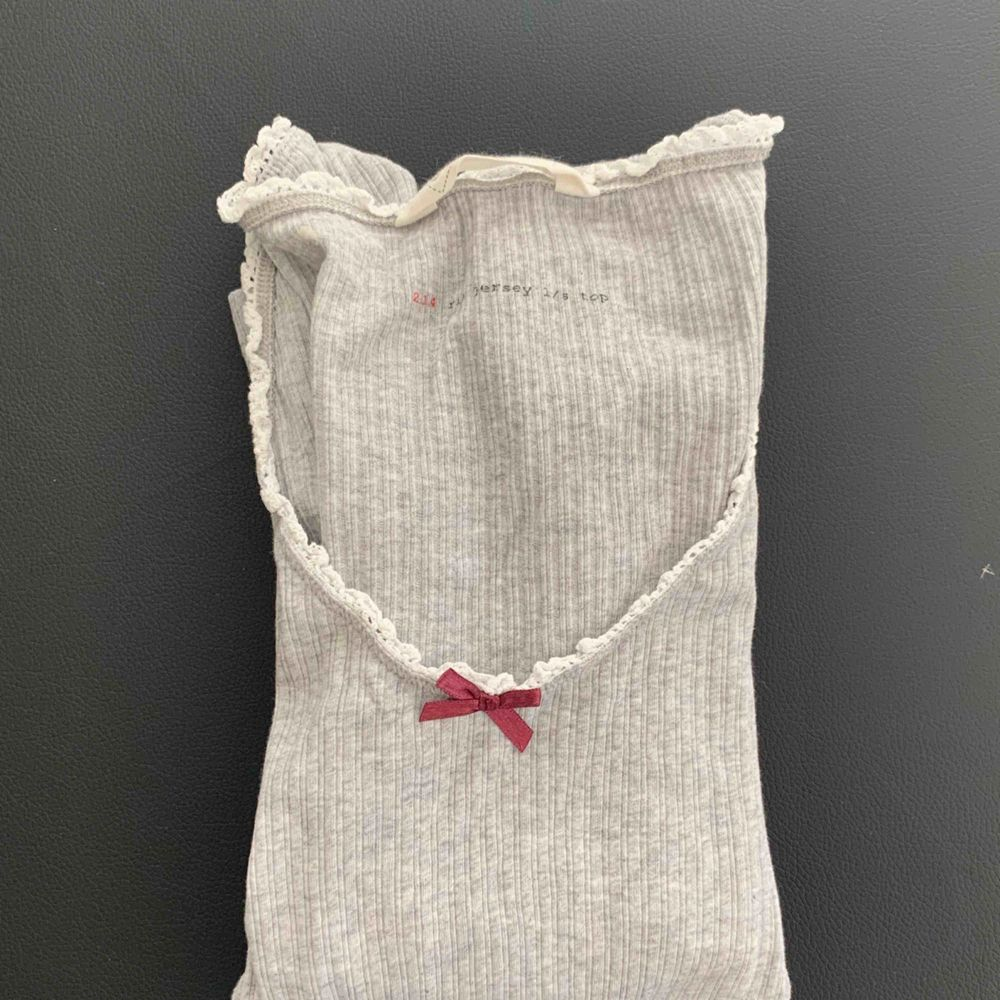 Snygg grå tröja från ODD MOLLY! Tröjan är i stl 0 vilket motsvarar XS, men den är stretchiga så funkar nog perfekt till en S också! 🤩 Möts upp i Stockholm men kan även frakta 🤗🌸 Ny pris: ca 600kr Mitt pris: 250kr. Toppar.